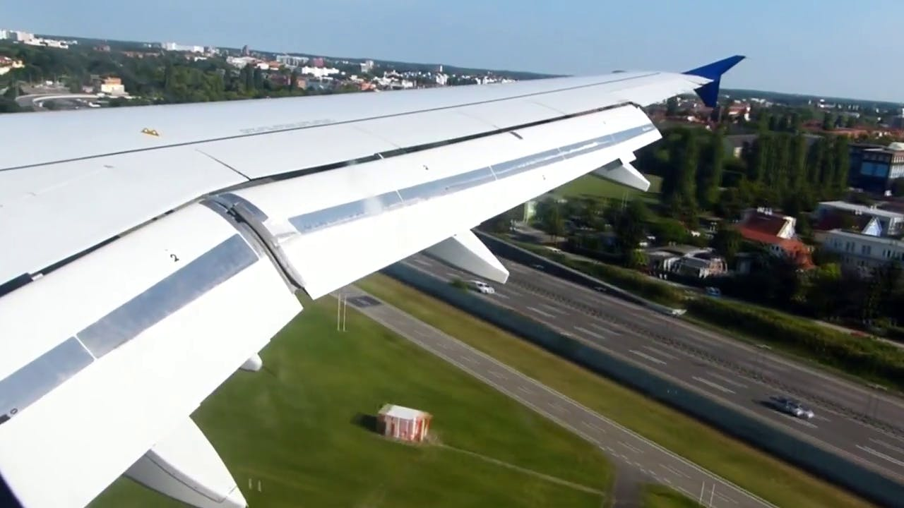 Airplane Landing Free Stock video